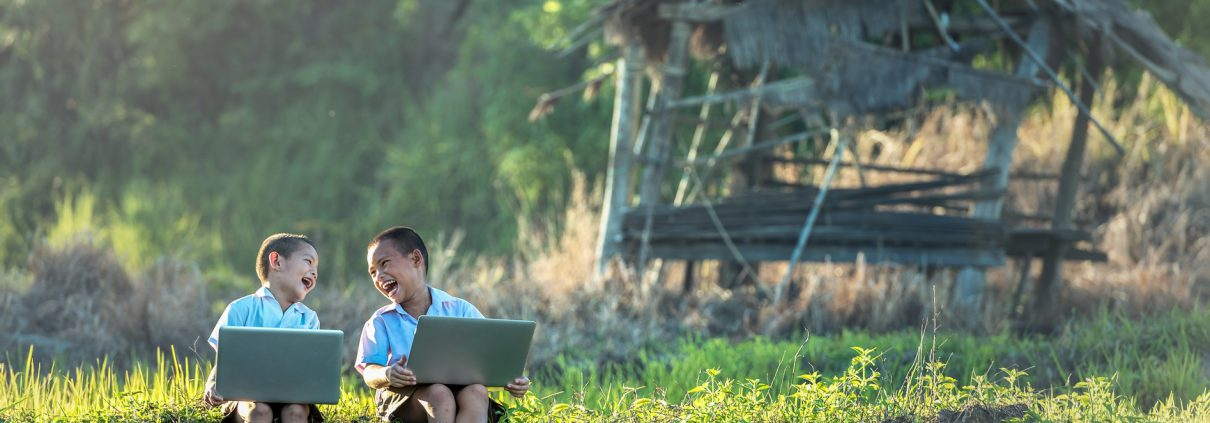 MAASS-Lichtplanung_BLOG__laptop-nature-grass-outdoor-people-field-1271156-pxhere.com_-1210x423