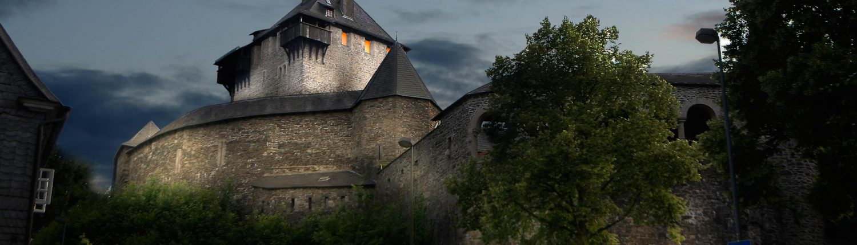MAASS-Lichtplanung_1.Platz für die Lichtinszenierung Schloss Burg_Aktuelles Landing-Frankfurt Landing-Hannover Landing-Hessen Veröffentlichungen _MAASS-Licht-SchlossBurg-07-1500x430