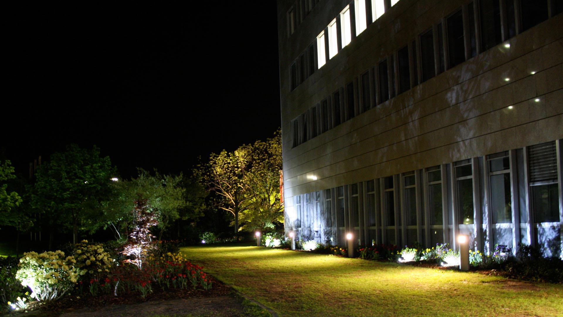 MAASS-Lichtplanung_Lichtplanung für Fassade und Freiflächen__02_Olof-Palme-Straße_Slideshow_03