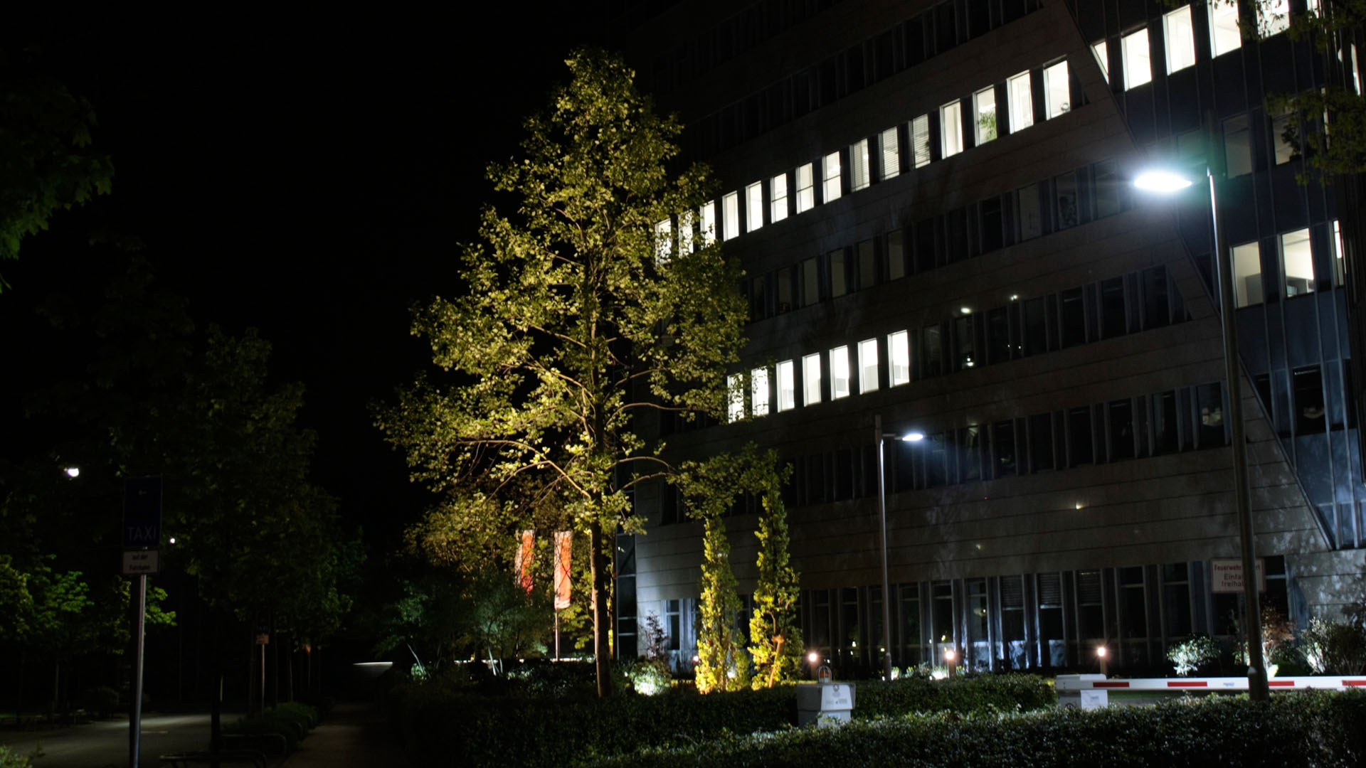 MAASS-Lichtplanung_Lichtplanung für Fassade und Freiflächen__02_Olof-Palme-Straße_Slideshow_12