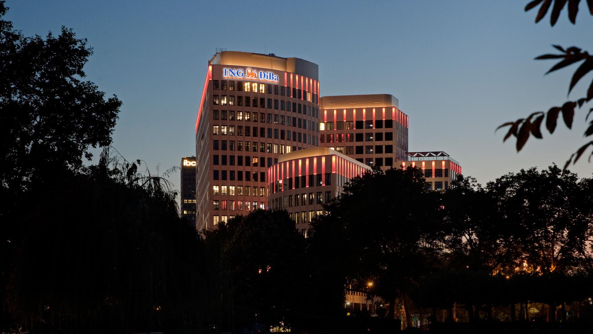 MAASS-Lichtplanung_Frankfurt__MAASS-LEO-Attikabeleuchtung-001