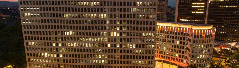 """MAASS-Lichtplanung_MAASS-Licht inszeniert """"LEO"""" Gebäude_Veröffentlichungen _MAASS-LEO-Attikabeleuchtung-002-1500x430"""