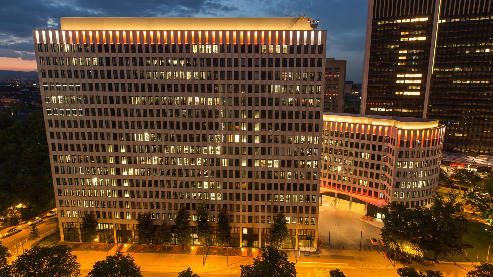 """MAASS-Lichtplanung_Fassadenbeleuchtung ING-DiBa AG Headquarter """"LEO""""__MAASS-LEO-Attikabeleuchtung-002"""