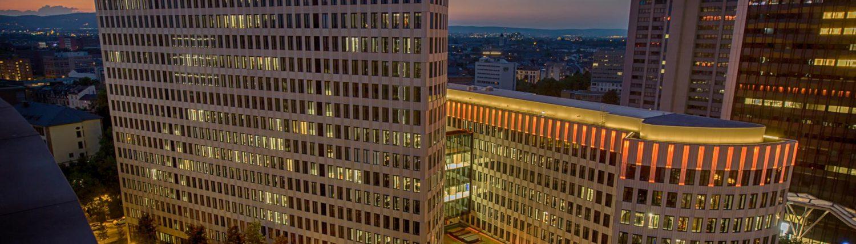 MAASS-Lichtplanung_Schöner Artikel über unsere Attikabeleuchtung_Veröffentlichungen _MAASS-LEO-Attikabeleuchtung-003-1500x430