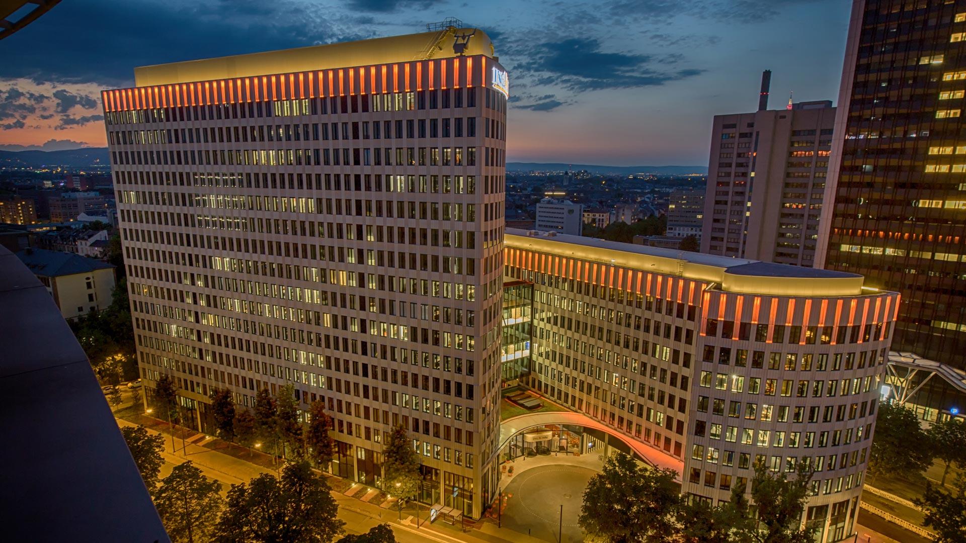 """MAASS-Lichtplanung_Fassadenbeleuchtung ING-DiBa AG Headquarter """"LEO""""__MAASS-LEO-Attikabeleuchtung-003"""