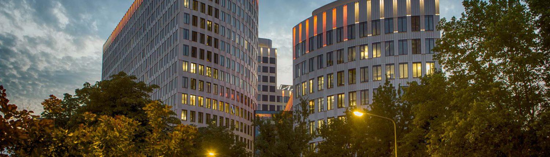 MAASS-Lichtplanung_ING-DiBa setzt Frankfurter LEO neu in Szene_Veröffentlichungen _MAASS-LEO-Attikabeleuchtung-004-1500x430