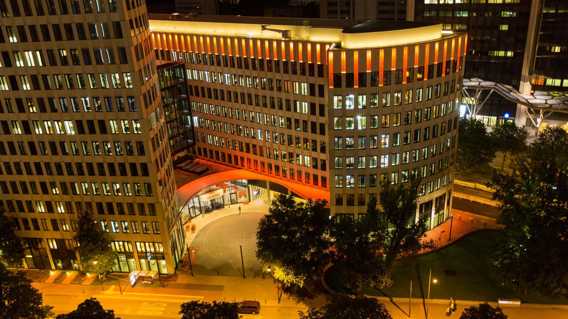 """MAASS-Lichtplanung_Fassadenbeleuchtung ING-DiBa AG Headquarter """"LEO""""__MAASS-LEO-Attikabeleuchtung-007"""