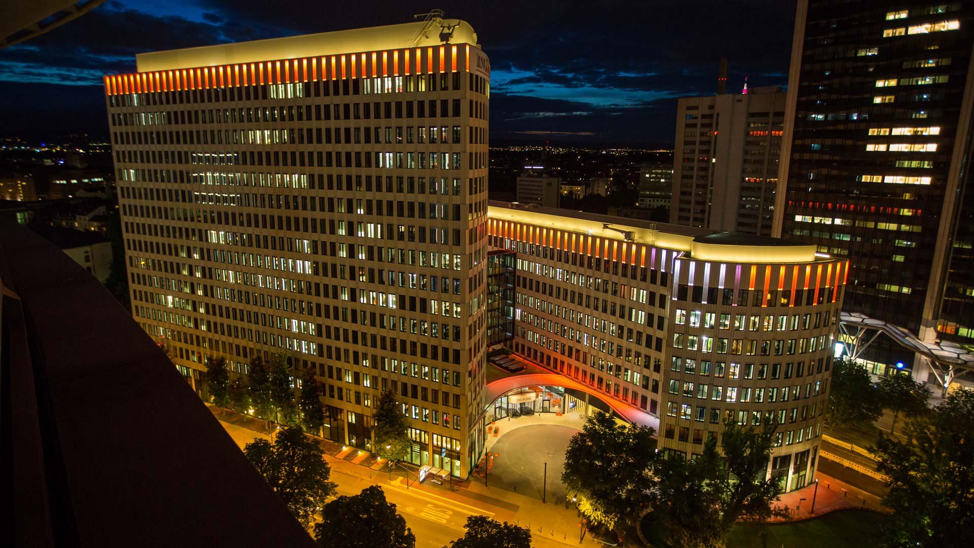 """MAASS-Lichtplanung_Fassadenbeleuchtung ING-DiBa AG Headquarter """"LEO""""__MAASS-LEO-Attikabeleuchtung-009"""