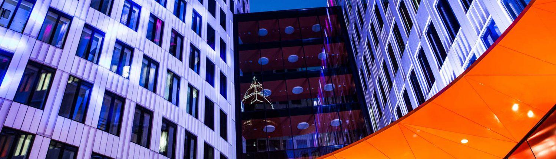 MAASS-Lichtplanung_Jahreswechsel mit eindrucksvoller Vorplatzbeleuchtung_Aktuelles Landing-Frankfurt _MAASS-Luminaleo-008-1500x430