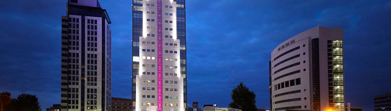 MAASS-Lichtplanung_Fertigstellung der Fassadenbeleuchtung in Rotterdam_Aktuelles _MAASS-Shouten-Toren-002-1500x430