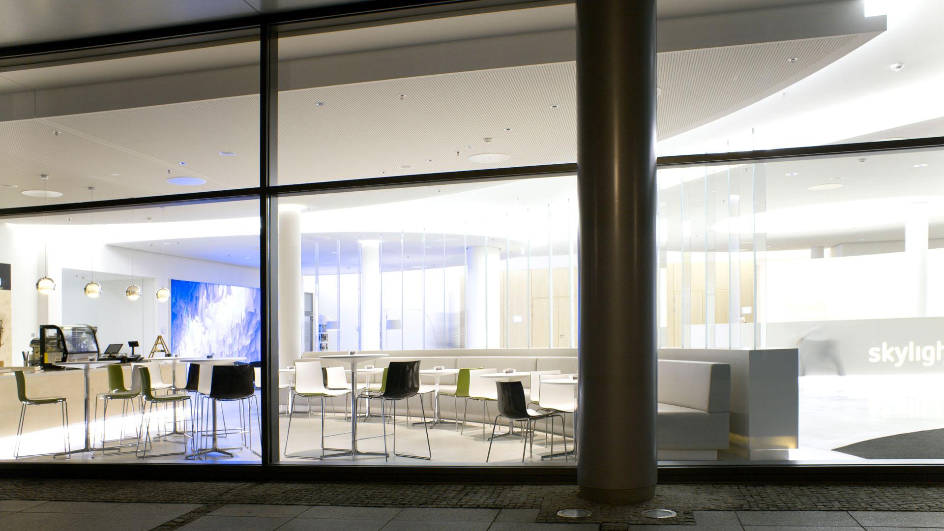 MAASS-Lichtplanung_Lichtplanung im Foyer der SEB Zentrale__MAASS-Skylight-Foyer-012